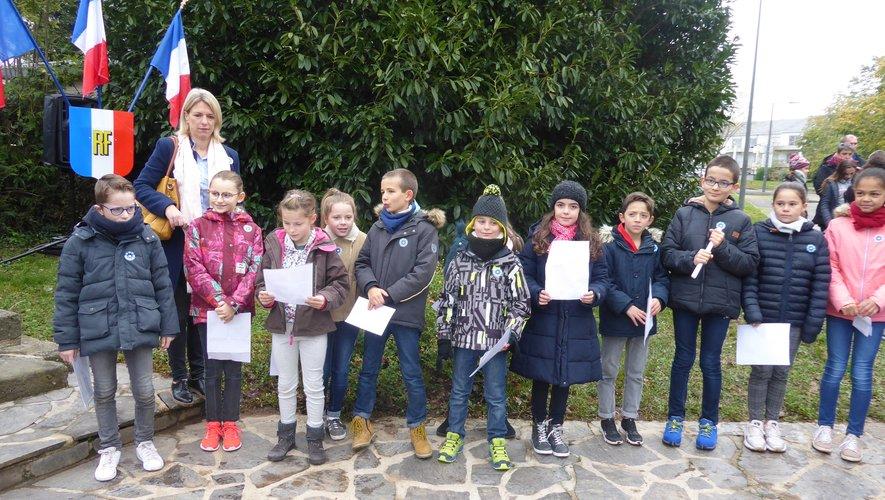 Les élèves de l'école Jean-Boudou et leur directrice, Karine Souchard.