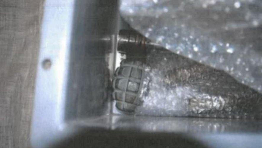 Sur cette photo, une ogive d'obus français de 37mm et une grenade offensive française modèle F1.