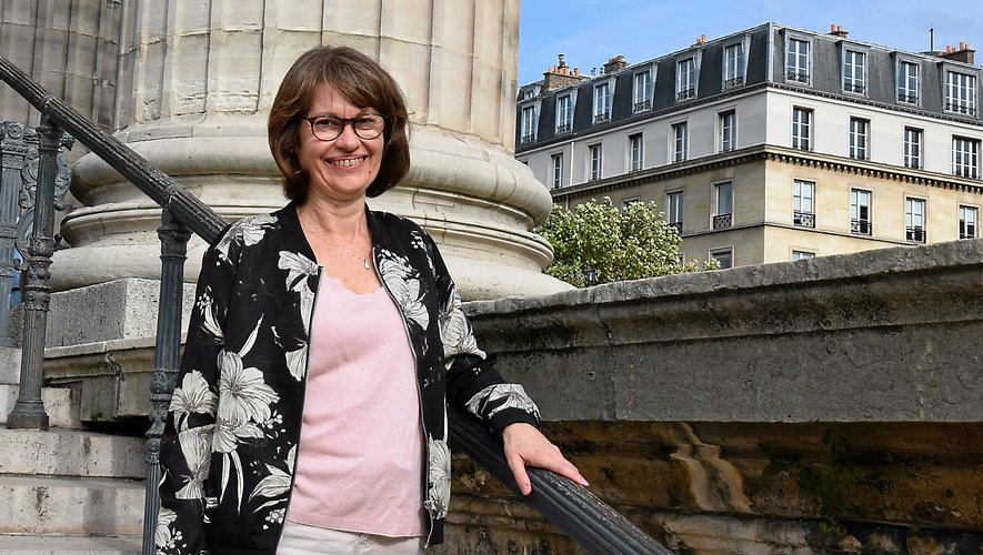 Née à Rodez en 1969, installée à Paris depuis de longues années, où elle vit à deux pas de la place de la Madeleine, Coralie Guibert a créé, voilà cinq ans, un blog érotique et sensuel qu'elle a baptisé « Sensual kerassi ».