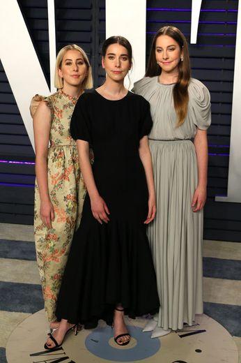 Le groupe américain Haim: Este Haim (D), Danielle Haim (C) et Alana Haim (G) à la fête Vanity Fair post-Oscars à Beverly Hills le 24 février 2019