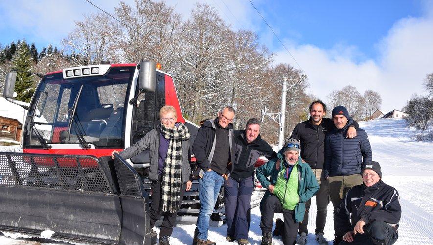 Le trio de skieurs avec les accompagnateurs en montagne du bureau de l'Aubrac à Brameloup.