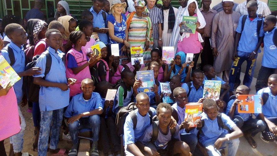 La mission Mama Africa lors de la remise des dons au collège NDombo