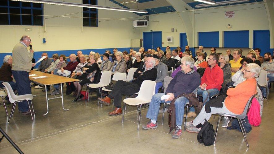 La réunion d'information proposée par l'association des victimes des aléas miniers du Bassin a rassemblé un large public.   Ci-contre : Jean Poux a apporté des réponses aux questions de l'assemblée.