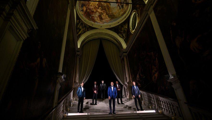 Le styliste florentin dont les costumes sont arborés par de nombreuses célébrités comme le chanteur italien Andrea Bocelli ou l'acteur américain Tom Cruise, avait choisi le cadre prestigieux de la Scuola Grande de San Rocco