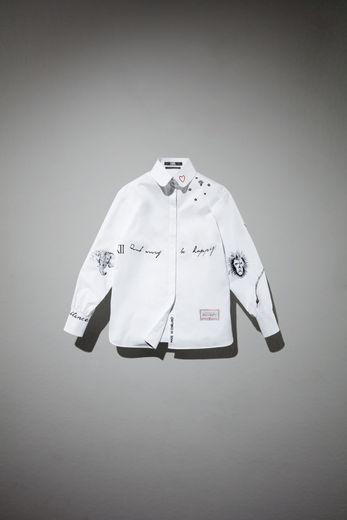 La chemise blanche réinterprétée par Cara Delevingne pour le projet A Tribute to Karl en hommage à Karl Lagerfeld.