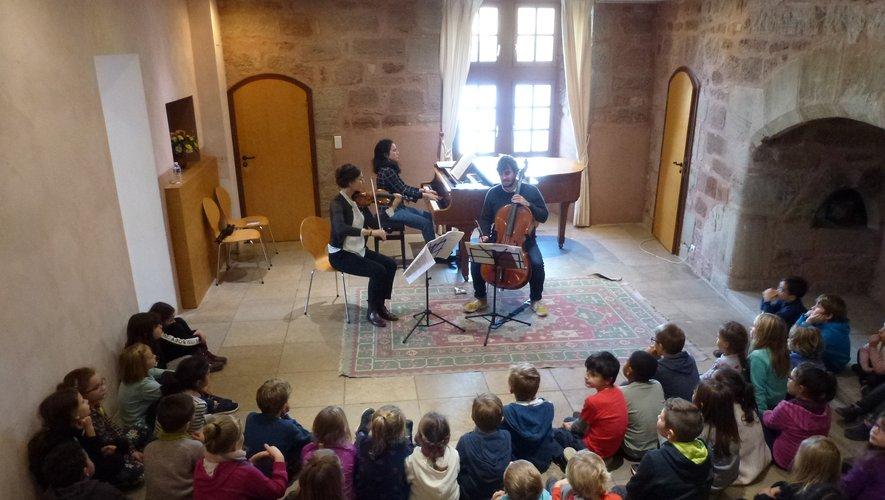 Les jeunes élèves ont écouté les artistes avec attention.