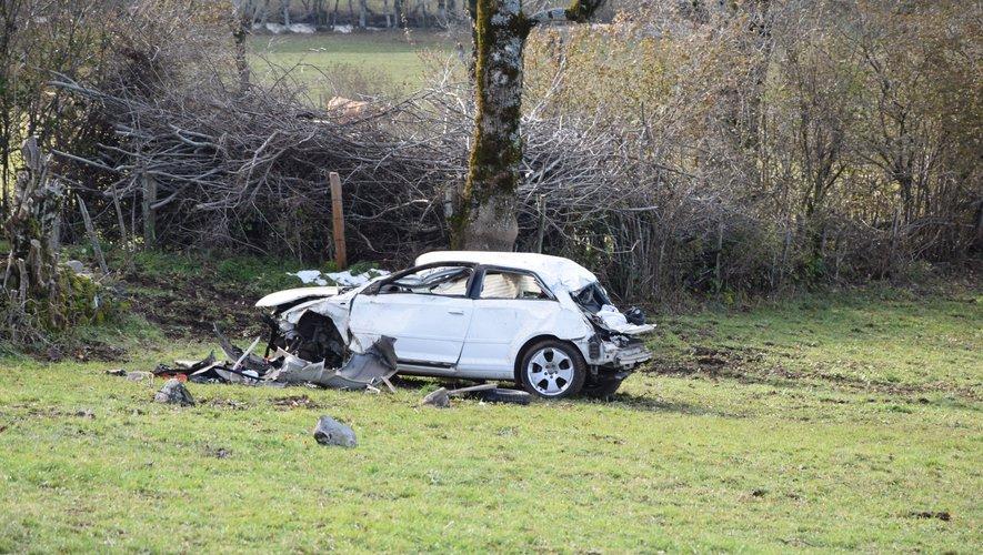 L'une des deux victimes, vraisemblablement éjectée, a été retrouvée à une cinquantaine de mètres du véhicule, la seconde est de son côté restée bloquée à l'intérieur.