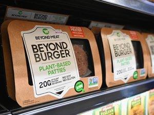 Les alternatives végétariennes aux burgers et saucisses, remises à la mode par des start-up comme Beyond Meat et Impossible Burger, jouissent d'un engouement certain dont les géants de la viande veulent aussi profiter.
