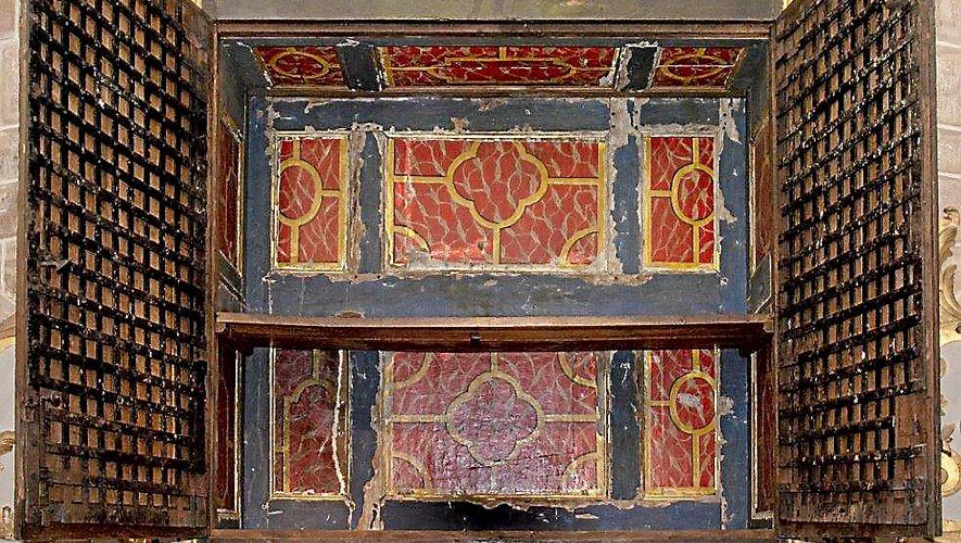 « Au-dessus du maître-autel, dans le chœur, une armoire qui sert de retable. Elle est fermée par une première porte en bois très solide, par une seconde de barreaux de fer, par une troisiè