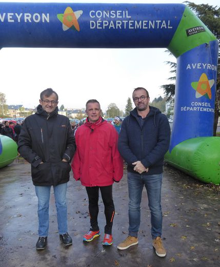 Le maire Jean-Philippe Sadoul qui a participé à la Petit'Auréa, entouré de Cédric Albinet et Yves Thuéry, prêts à donner le départ.