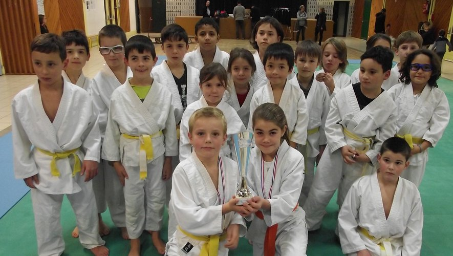 Léa et Lubin ont exhibé leur coupe avec leurs partenaires d'entraînement.