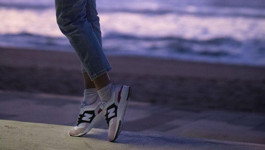 Cécile Cassel aka Hollysiz a revisité deux paires de sneakers pour New Balance.