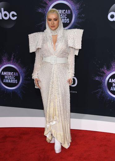 Christina Aguilera a opté pour une tenue de diva, un brin excentrique avec ses épaules démesurées et sa capuche, signée Jean Paul Gaultier. Los Angeles, le 24 novembre 2019.