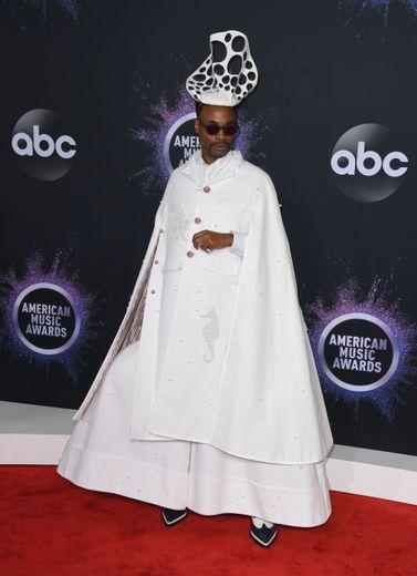 Billy Porter a éclipsé tous ses homologues sur le tapis rouges des American Music Awards grâce à cette tenue imposante d'un blanc immaculé signée Thom Browne. Los Angeles, le 24 novembre 2019.