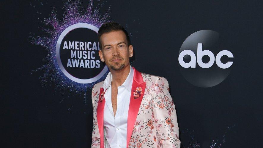 Damon Sharpe voit quant à lui la vie en rose dans ce costume pastel entièrement recouvert de fleurs, et agrémenté d'une doublure d'un rose plus vibrant. Los Angeles, le 24 novembre 2019.