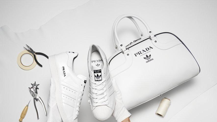 Les sneakers Superstar et le sac bowling signés Prada for adidas Originals.