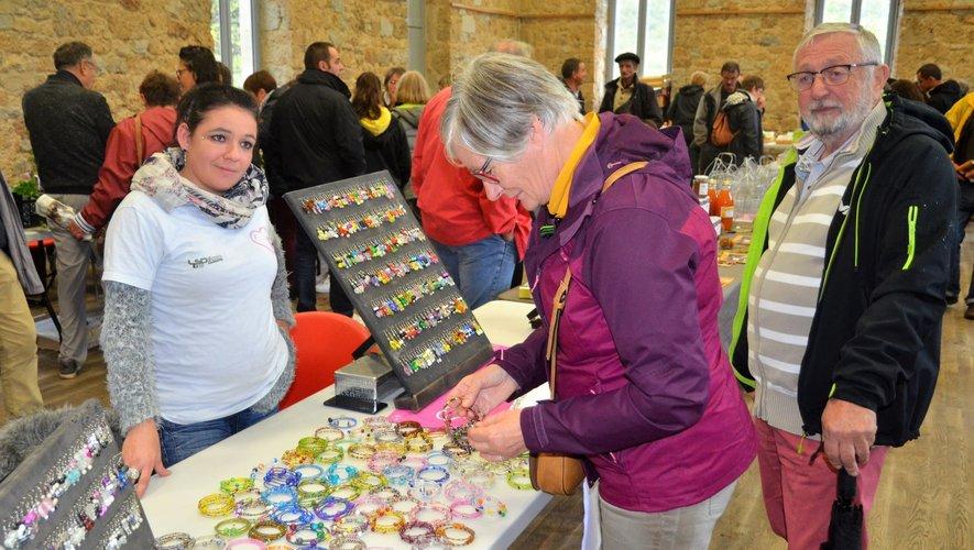 Karine était présente à la fête des fruits de Salles-la-Source avec son stand de bijoux fantaisie réalisés par ses soins pour soutenir l'association  'une vie pour Roxane'.