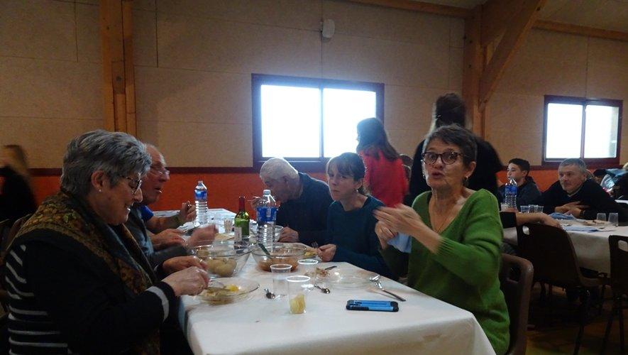 Des familles entières ont appréciéde prendre le repas en commun.