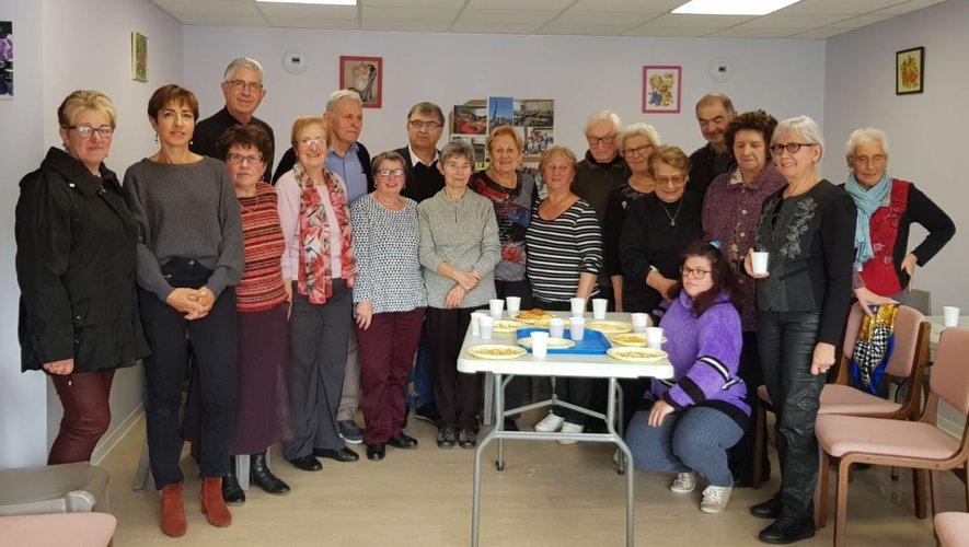 Les membres du club, lors de l'inauguration de leur nouveau local, en présence des élus de la commune.