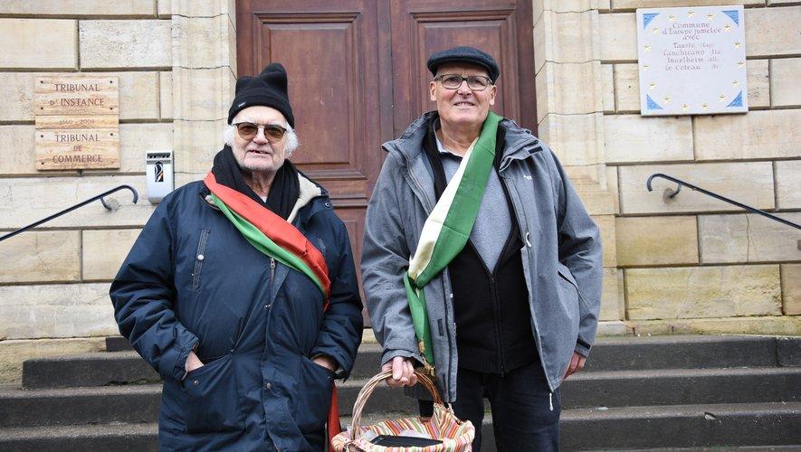 Ceints de l'écharpe traditionnelle de la confrérie, Claude Auguy et Gérard Lemouzy ont porté les « couques » aux adhérents.