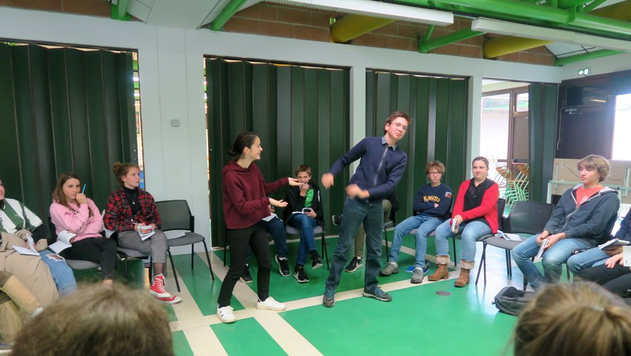 Les 22 élèves de l'atelier théâtre explorent leur talent à travers la pratique du théâtre.