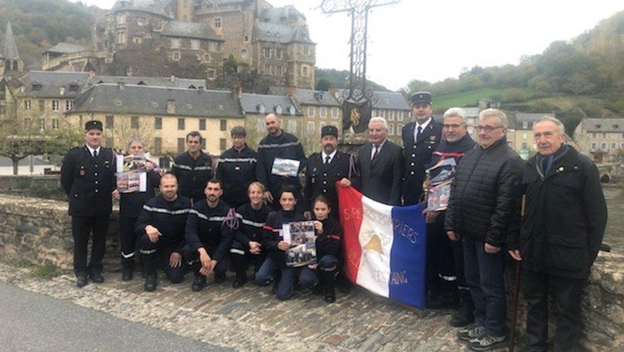 Les pompiers présentant le calendrier aux côtés de Jean-Claude Anglars, président du Sdis de l'Aveyron.