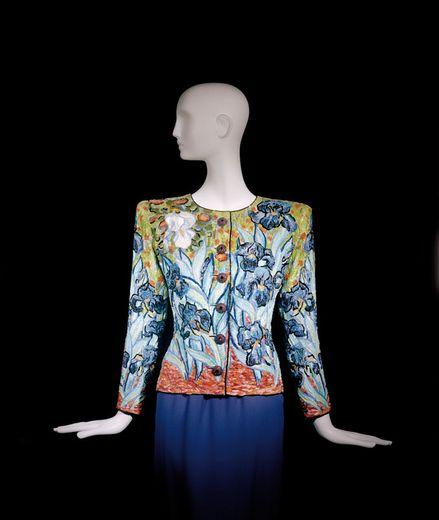 """Une rarissime veste haute couture créée par Yves Saint Laurent en hommage aux """"Tournesols"""" de Van Gogh s'est vendue mercredi 382.000 euros (avec frais) lors d'une vente aux enchères de la maison Christie's."""