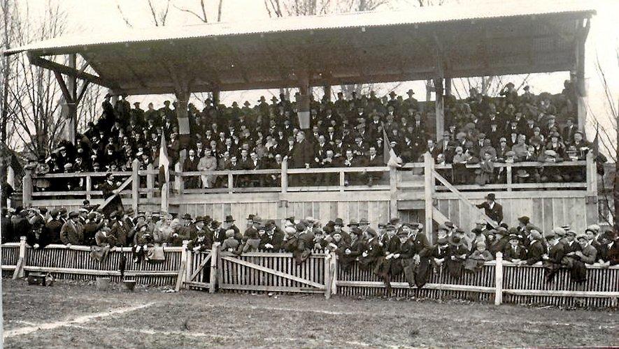 Le stade a longtemps été doté de tribunes en bois.