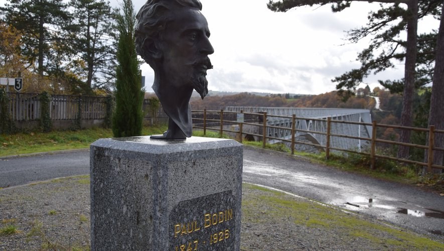 La statue de Paul Bodin, le concepteur de l'ouvrage d'art, trône à l'entrée du viaduc, côté aveyronnais.