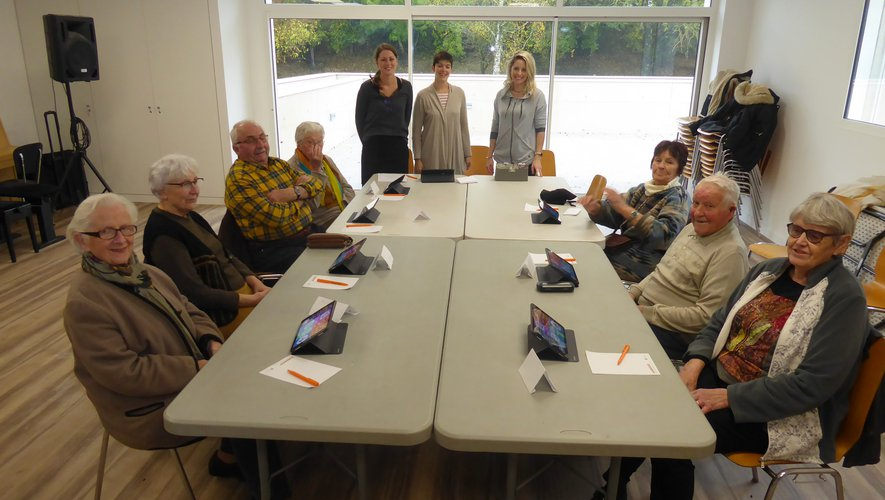 Les participants à la première séance autour de l'animatrice Marine Benezech et d'Aurélie et Cindy.