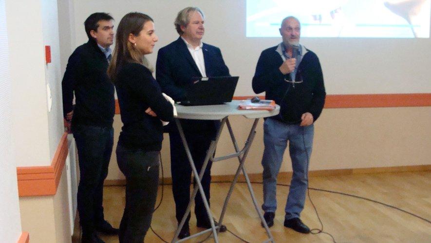 Le maire et l'équipe à dispositiondes participants.