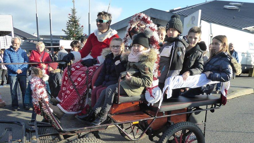 Les enfants étaient heureux de faire un tour en calèche avec le père Noël.
