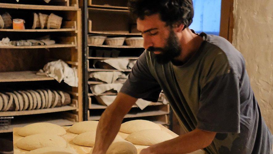 Nicolas Rudelle devant son four à bois et dans son atelier.
