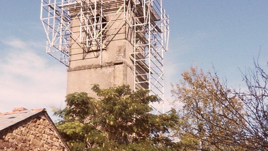 Le clocher entouré d'échafaudages.