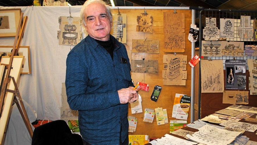 Jean-Louis Marc dessine sur des cartons d'emballage.