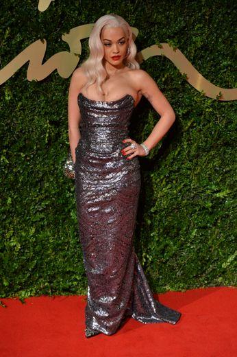 Rita Ora a fait grimper la température d'un cran dans ce fourreau recouvert de sequins argentés signé Vivienne Westwood pour les Fashion Awards 2013.