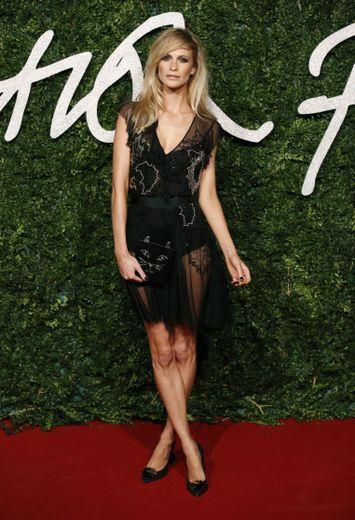 Poppy Delevingne a jeté son dévolu sur un ensemble fait de motifs et de transparence signé Topshop pour les Fashion Awards 2014.