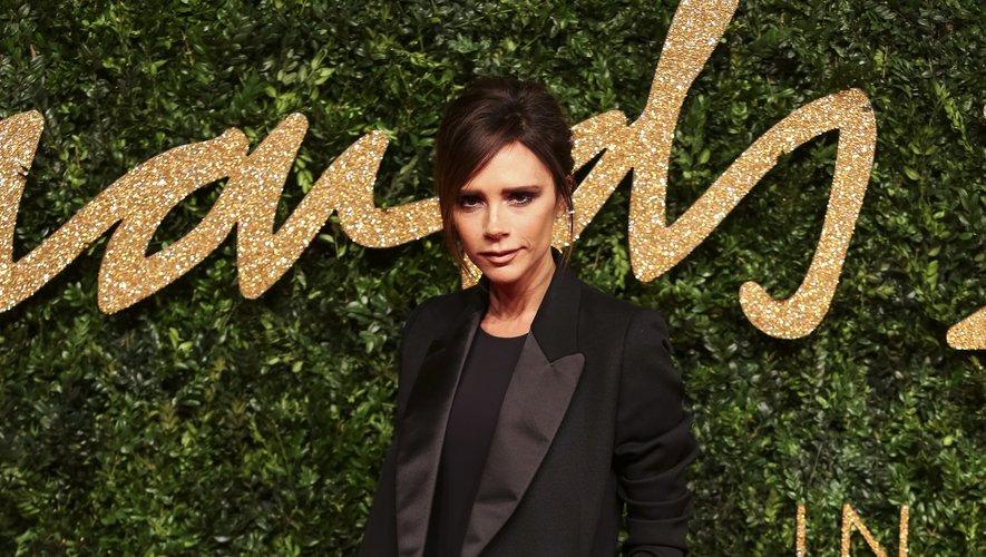 La styliste britannique Victoria Beckham joue la carte du chic dans ce costume noir mat et satiné signé... Victoria Beckham pour les Fashion Awards 2015.