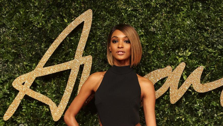 La top Jourdan Dunn met sa silhouette en valeur dans cette robe black & white signée Mugler, ouverte au niveau de la taille et fendue, pour les Fashion Awards 2015.