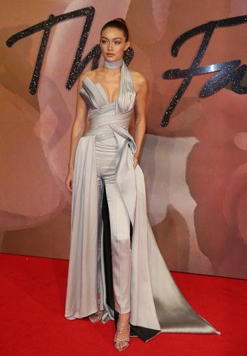 Gigi Hadid était éblouissante pour les Fashion Awards 2016 dans une combinaison asymétrique Atelier Versace comme sculptée sur sa silhouette.