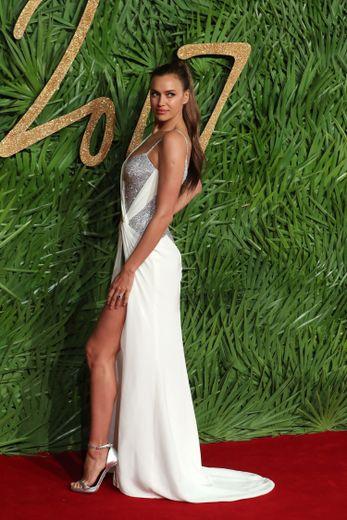 Irina Shayk brille de mille feux dans cette robe blanche et argentée ornée de sequins signée Versace pour les Fashion Awards 2017.