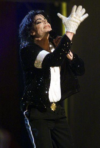 Michael Jackson arborant son célèbre gant à sequins lors d'un concert au Madison Square Garden de New York, en septembre 2001