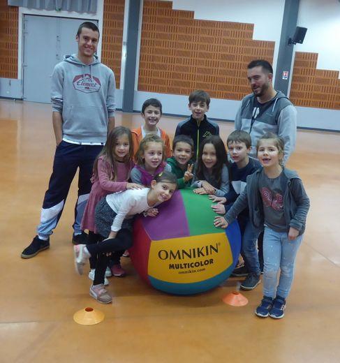 Les enfants s'initiant au kin-ball à Luc avec Lucas Izard.