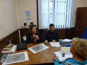 Maria Martin et le technicien d'Oc'teha reçoivent le public  en mairie.