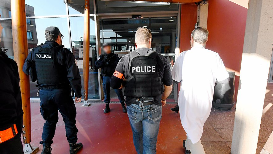 Vingt policiers et 23 gendarmes ont pris possession des lieux quelques minutes après l'alerte.