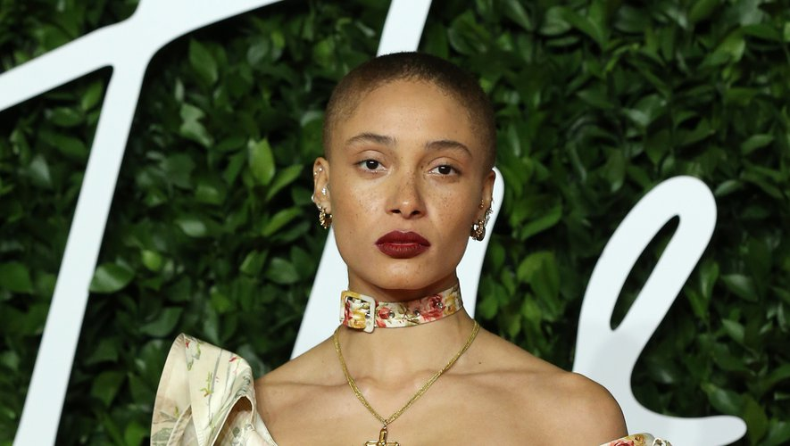 Le mannequin anglais Adwoa Aboah a opté pour des lèvres rouges foncées et s'est contenté d'un minimum de maquillage sur les yeux.