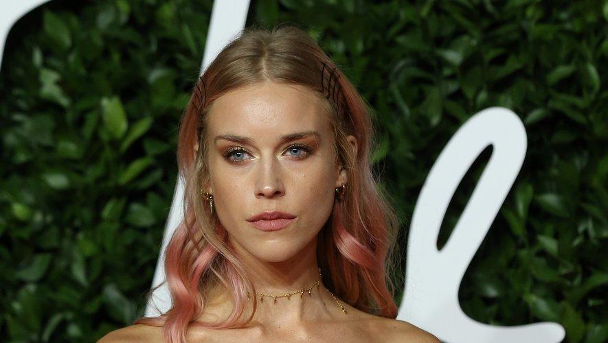Le mannequin Mary Charteris affichait un look beauté juvénile avec une coiffure aux reflets roses assortie à ses lèvres ainsi que des paupières pailletées.