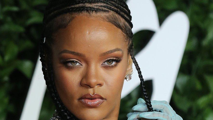 Rihanna a associé de petites tresses à des lèvres brillantes et un regard charbonneux pour un look beauté des plus glamour.