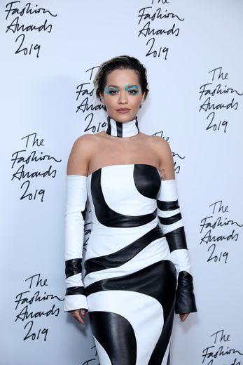 La chanteuse Rita Ora arborait une ombre à paupières kaléidoscopique et asymétrique dans les tons turquoise. Elle a parfait son look avec des lèvres mates pour adoucir cette mise en beauté des plus osées.