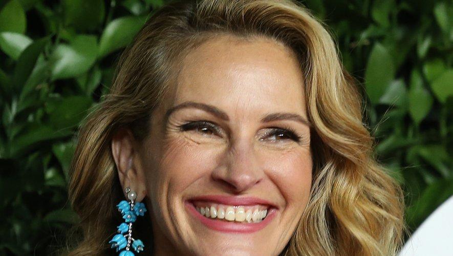 L'actrice américaine Julia Roberts a choisi de lâcher son carré mi-long ondulé et de souligner ses lèvres de rose pour produire un effet naturel et détendu.